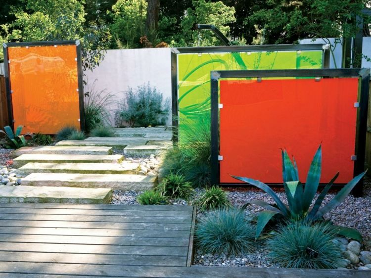 Glaszaun im Garten schirmt den Außenbereich ab Gartenträume - sichtschutz garten holz metall
