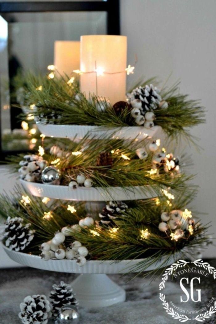 centros navideños, centro de mesa elegante hecho de materiales naturales, piñas pintadas en blanco con efecto de nevado, grandes velas y bombillas en forma de estrellas