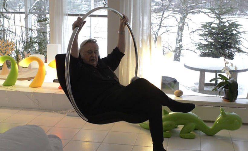 82-vuotias Eero Aarnio jaksaa yhä suunnitella uusia malleja kynä sauhuten.