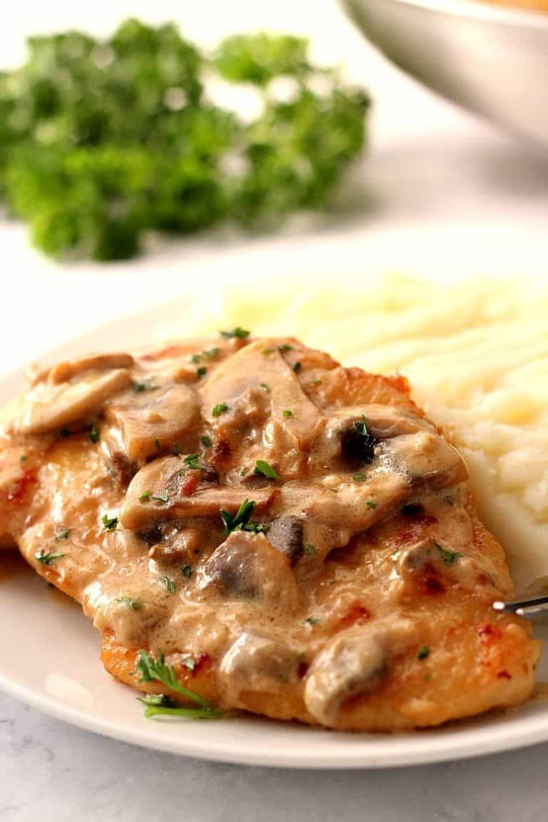 Creamy Mushroom Garlic Chicken #creamygarlicchicken Creamy Mushroom Garlic Chicken Recipe - juicy chicken in creamy garlic mushroom sauce served with mashed potatoes or pasta for a quick and delicious dinner! #creamygarlicchicken