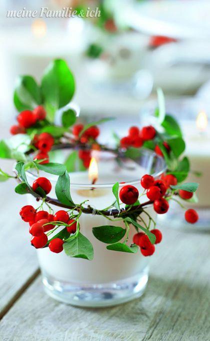 Zweige mit roten Beeren auf Draht ziehen, um kleine Gläser für ...