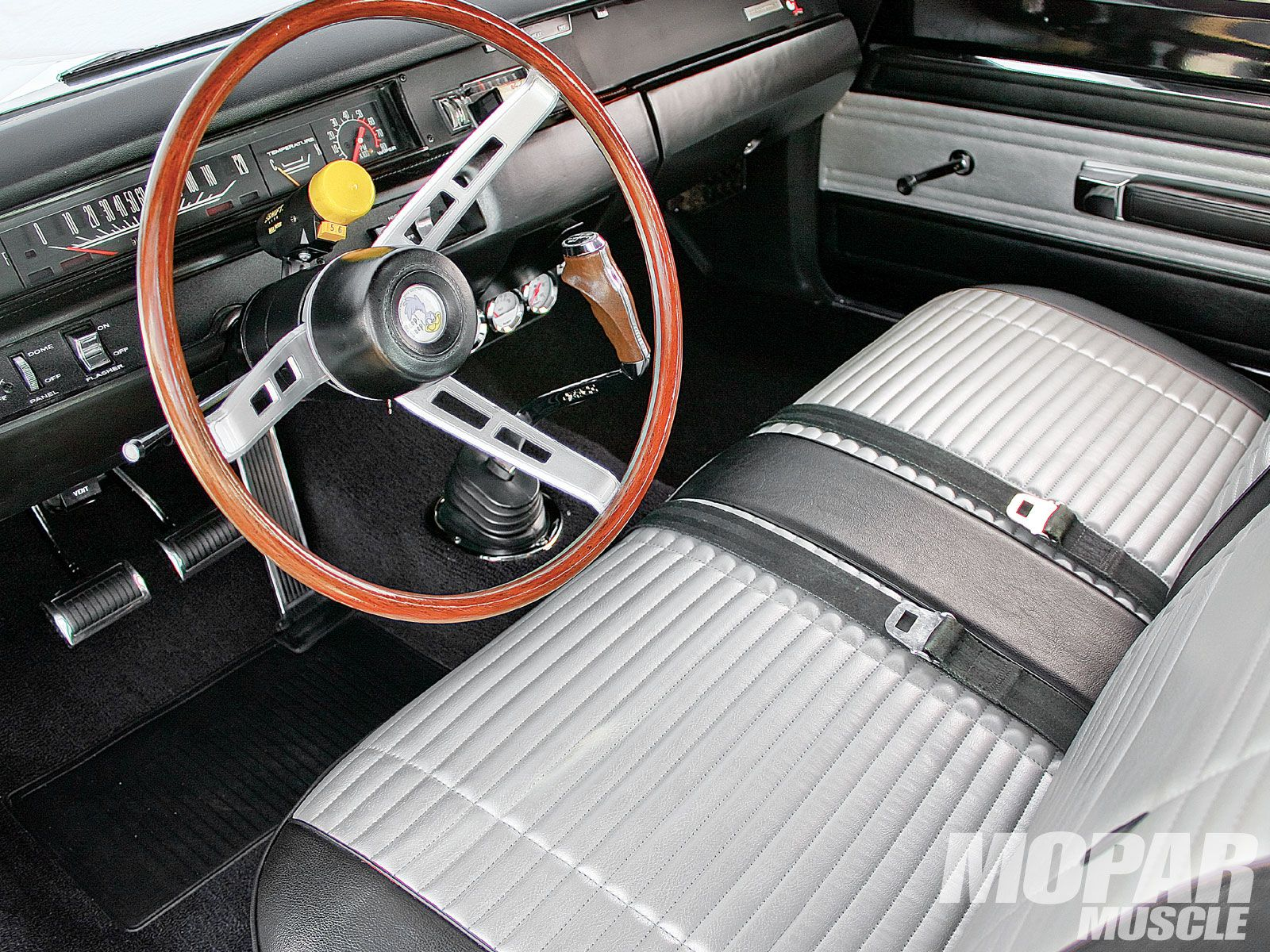 Mopp_1008_06_o 1969_plymouth_road_runner interior jpg 1600 1200
