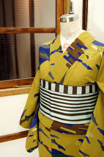 オリーブ色をおびたマスタード色に、草原を駆ける馬のモチーフが描かれた浴衣です。