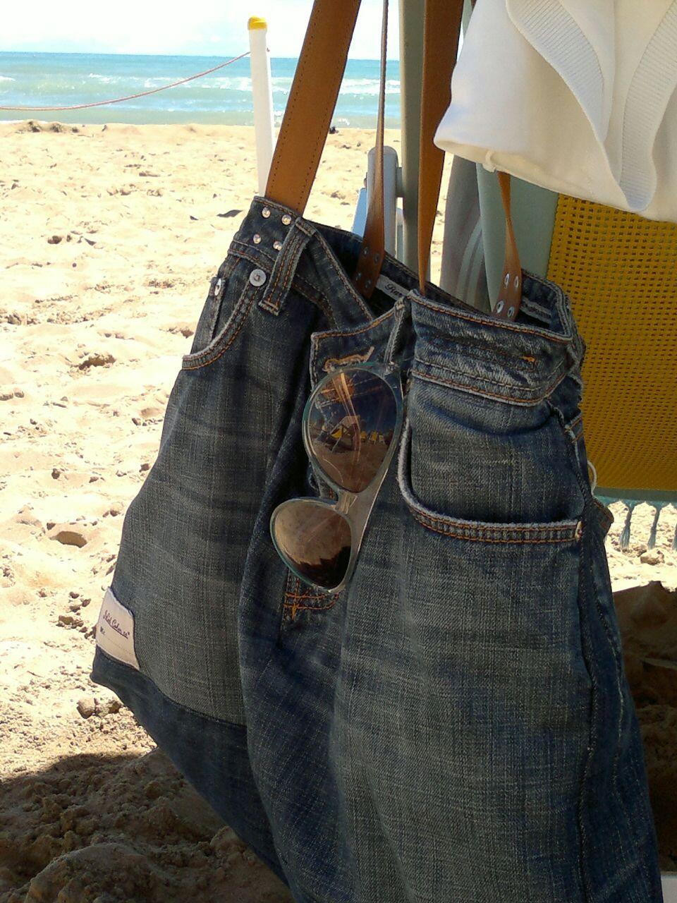 cd41d20026 La storia di un paio di jeans, non finisce mai! Borsa mare, con manici in  pelle..da un comodo paio di jeans ^_^