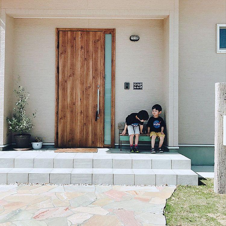玄関 入り口 表札 番地プレート 玄関先 オリーブの木のインテリア実例 2018 05 12 15 12 15 Roomclip ルームクリップ 現代的な玄関ドア 玄関ポーチ タイル 玄関