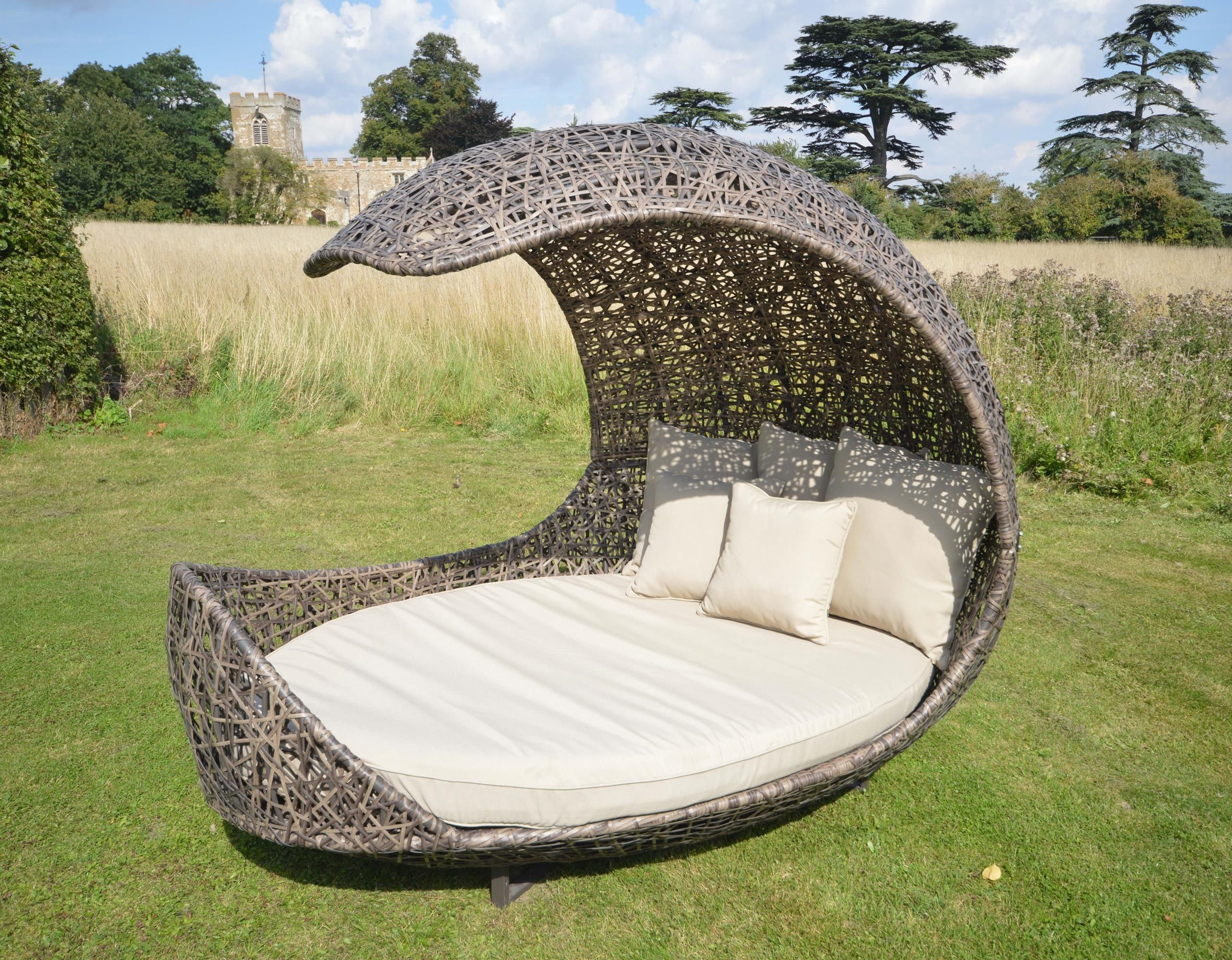 Leisuregrow Greenroom Deluxe Halfmoon Weave Shell Daybed Rattan