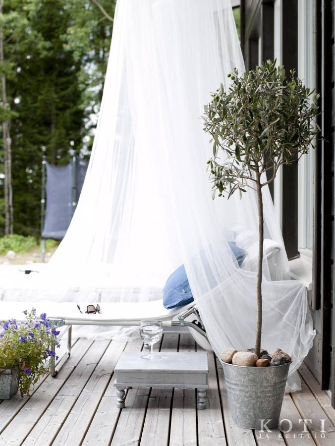 Täällä on ihana torkahtaa. Hyttysverkoilla varustetut lepolasset ovat kesän suosikkipaikkoja.   Puuhuvila luonnon väreissä   Koti ja keittiö   Kuva Jeppe Tuomainen