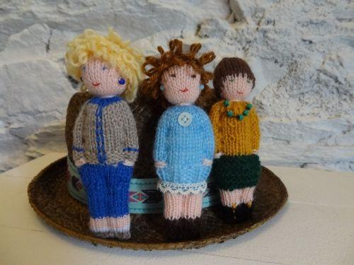 poupées tricotées, on peut modifier le patron et faire des fiiiiilles ! main brodées