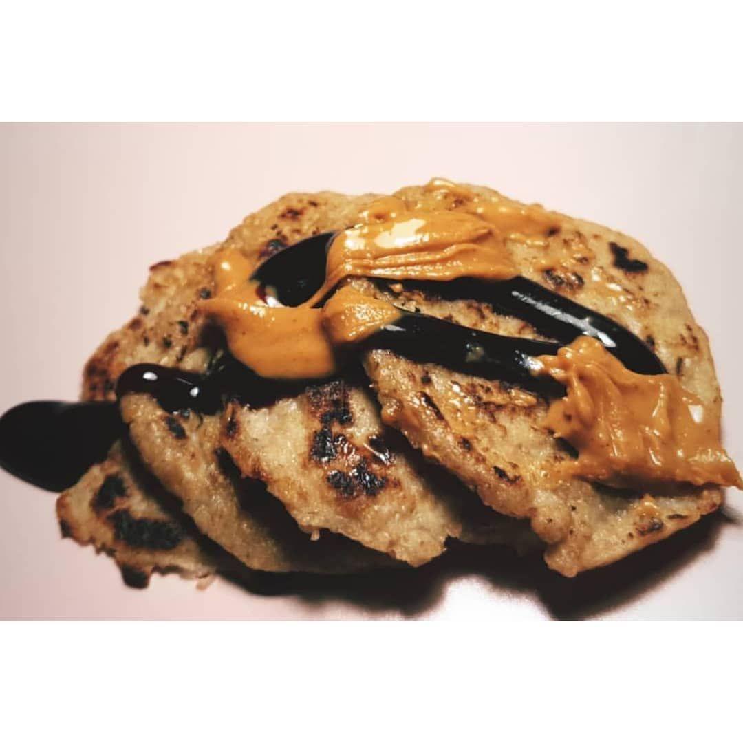 Yummy! 🤭 Sie sehen nicht aus wie Pancakes, schmecken aber wie welche! 🥞🥞 Toppings: • Dattelsirup • Erdnusscreme . Diese hier sind ohne Ei 🚫🥚 Habe hier nur 3 Zutaten verwendet: • Mandelmilch 🥛• Haferflocken • Bananen 🍌 . . . . .