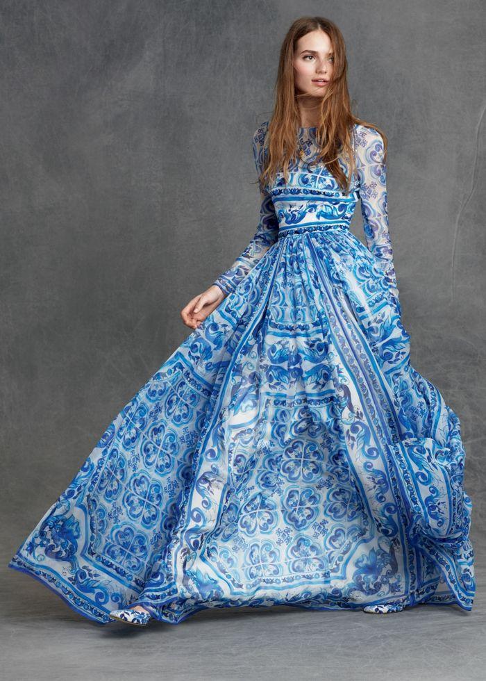 Bodenlanges Kleid in Blau und Weiß, mit langen Ärmeln, locker ...