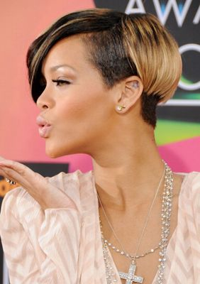 Rihannas Short Haircuts Best Styles Over The Years Rr Sh 17 Jpg 282 400 Rihanna Short Haircut Rihanna Short Hair Short Bob Hairstyles