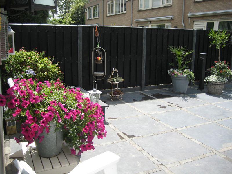 Zwarte 2 meter schutting van verticale brede planken rustiek zwart zweeds rabat nieuw bij - Planken zwarte ...