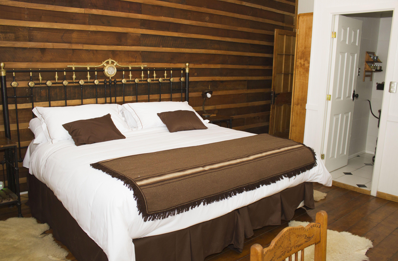 El respaldo de cama y veladores están hechos con antiguos catres de ...