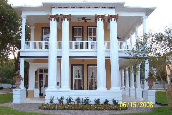 So Beautiful Love The Pillars And Long Porches