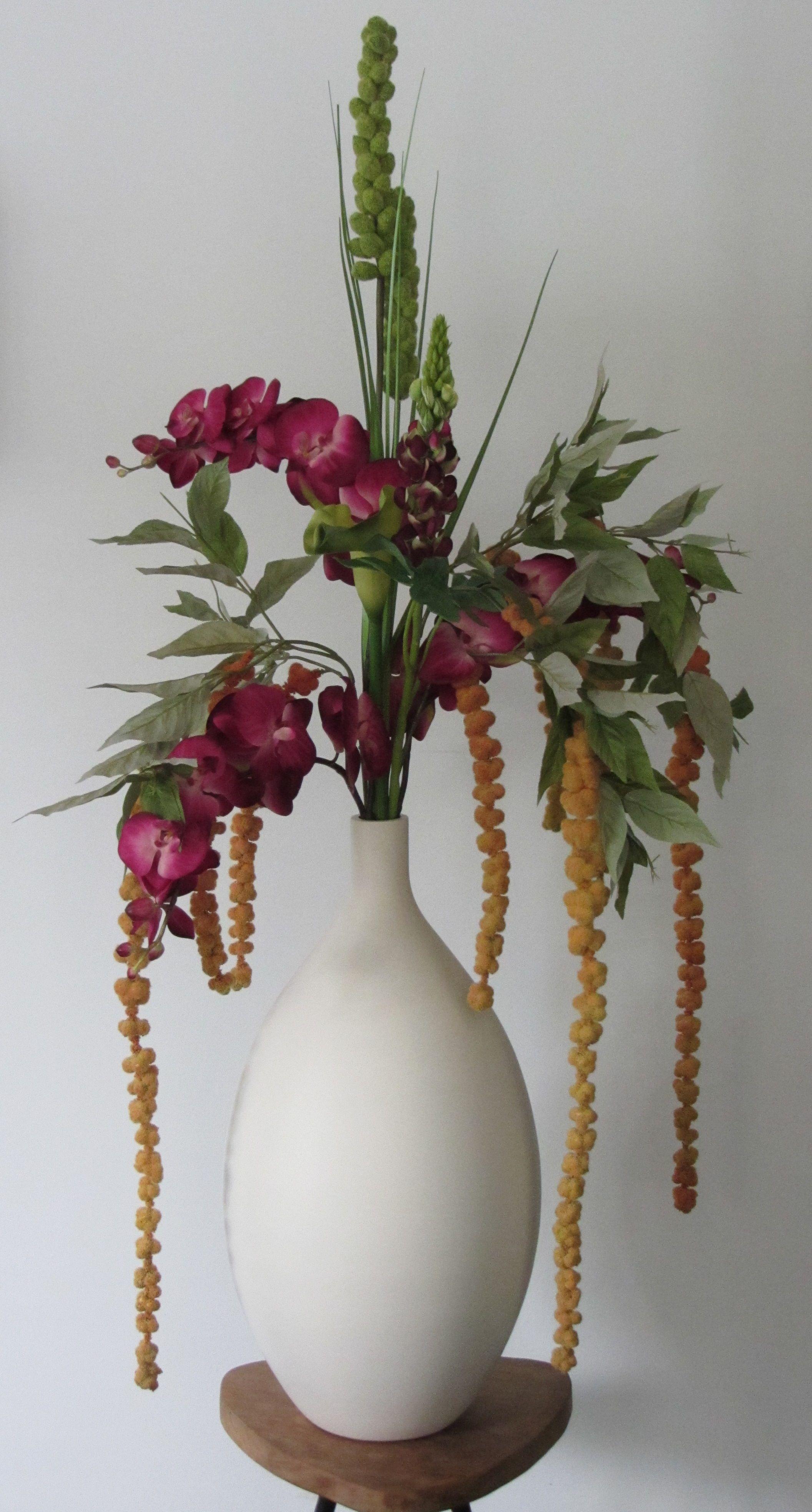 Prachtige design vaas o.a. gevuld met hard roze zijden orchidee  www.abonneefleur.nl