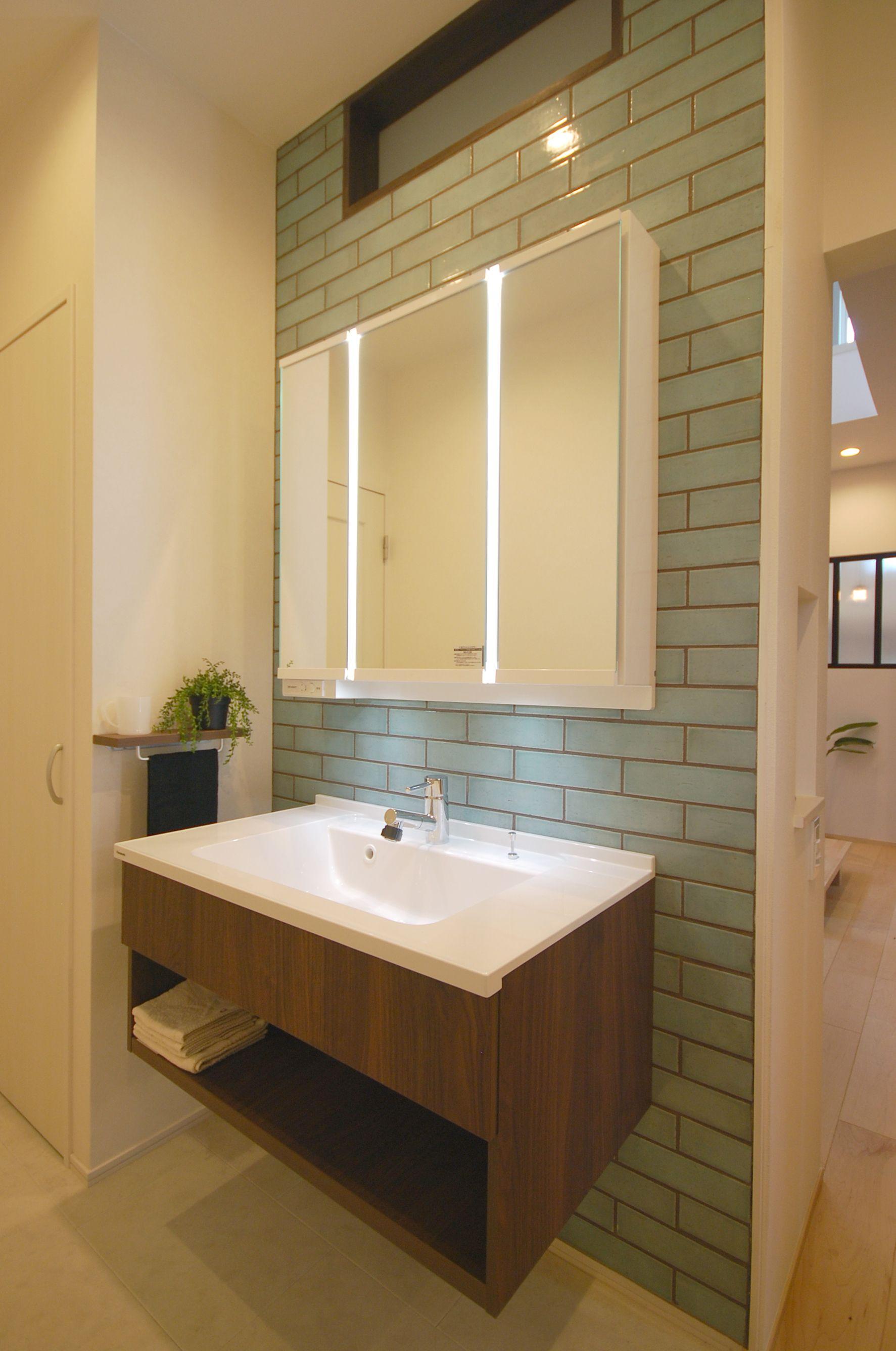 2世帯みんなが使いやすいタイルと棚のフロート洗面 パウダールーム