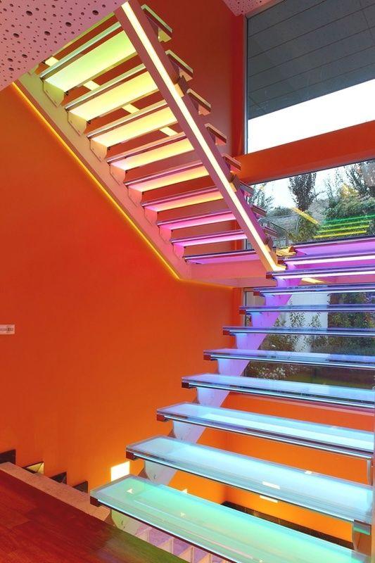 Casa com fachada laranja e escada multicolorida - Revista Vidro Impresso