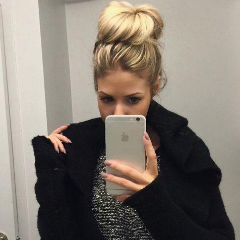 Aujourd'hui notre coup de coeur #lookdujour vient de @virginiepilotte avec son chignon  messy  tout simplement parfait!  Tu veux toi aussi te retrouver en vedette sur l'accueil du site? Utilise le tag @lookdujour_ca avec le #lookdujour   #lookdujour #ootd #ldj #messybun #bun #blonde #selfie #auchaud #ootd #cute #modemtl #style #pretty #outfitideas #cestbeau #inspiration #onaime #regram  @virginiepilotte