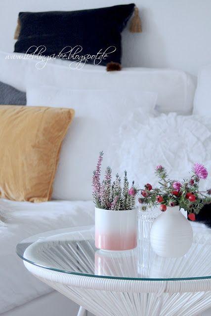 Herbstliche Dekoration im Wohnzimmer Erika Heidekraut und