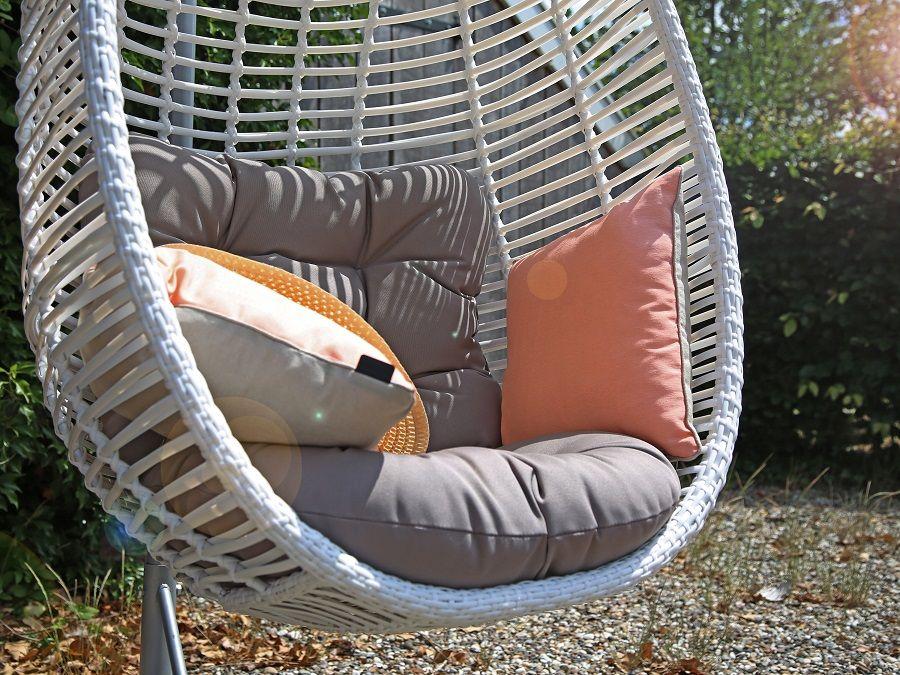 Hang Schommelstoel Tuin : Witte hangstoel voor binnen en buiten met mooie kussens. een