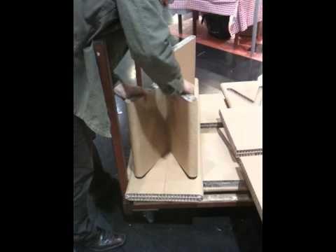 Montage d'un banc en carton recyclé