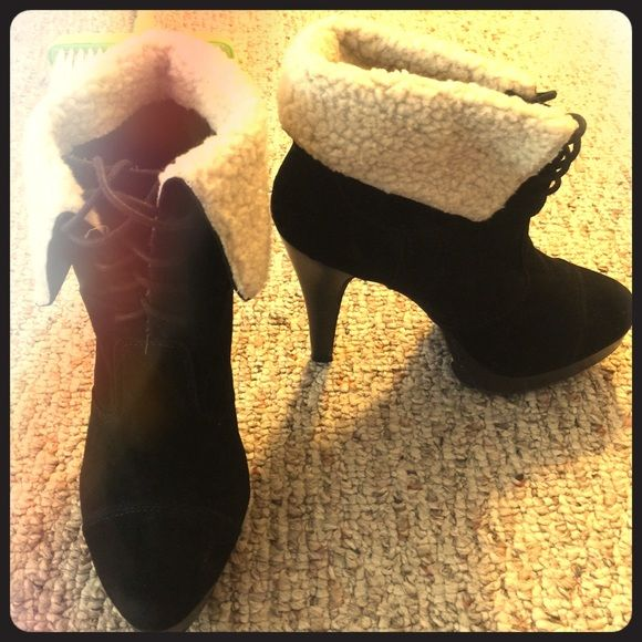 Black heels with a tan colored fur. Black heels with a grip on the bottom and fur Shoes Heels