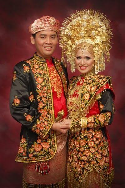 Pengantin Adat Minangkabau Pakaian Pernikahan Adat Minangkabau Biasanya Berwarna Hitam Ditaburi Aura Keemasan Menyel Pakaian Pengantin Pria Pengantin Wanita