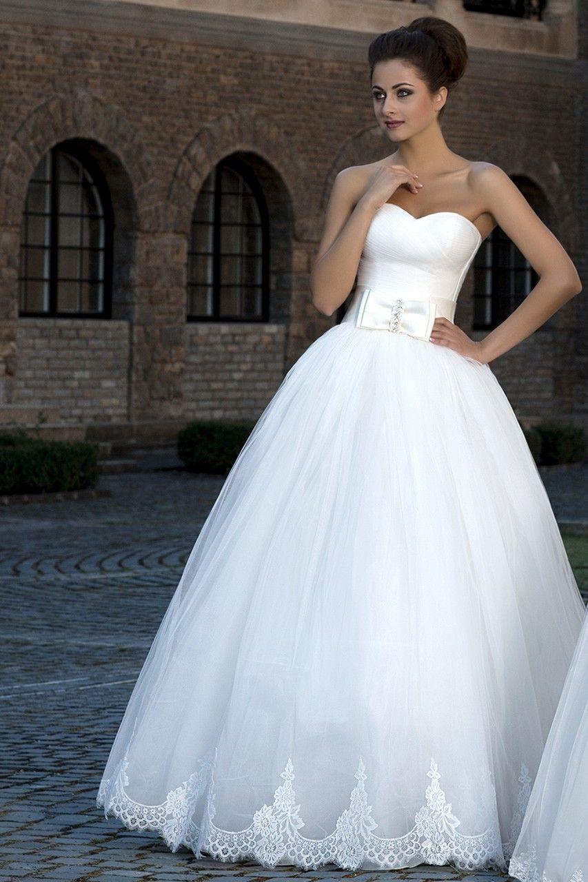 8d3d90ca9a4d Krásne svadobné šaty so širokou sukňou zdobenou čipkou bez ramienok zdobené  mašľou