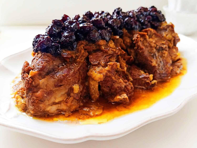 طاجين لحم الغنم بالبصل والعنب المجفف أطباق رئيسية Momkitchenista Recipe Food Beef Meat