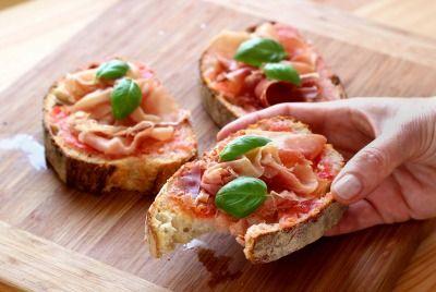 """750g vous propose la recette """"Pan Con Tomato"""" en pas à pas. Avec une photo pour chaque étape, la réalisation de cette recette est un jeu d'enfant."""