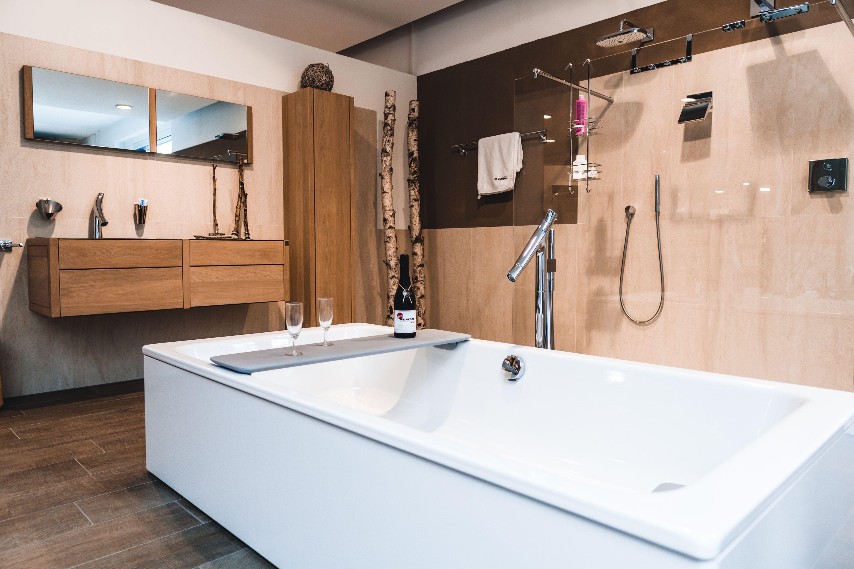 Eine Badewanne Die Zum Testen Einladt Inklusive Weinkopf Badezimmer Neubau Badsanierung Badewanne Bad Bad Einrichten Bad Design Badezimmer Design