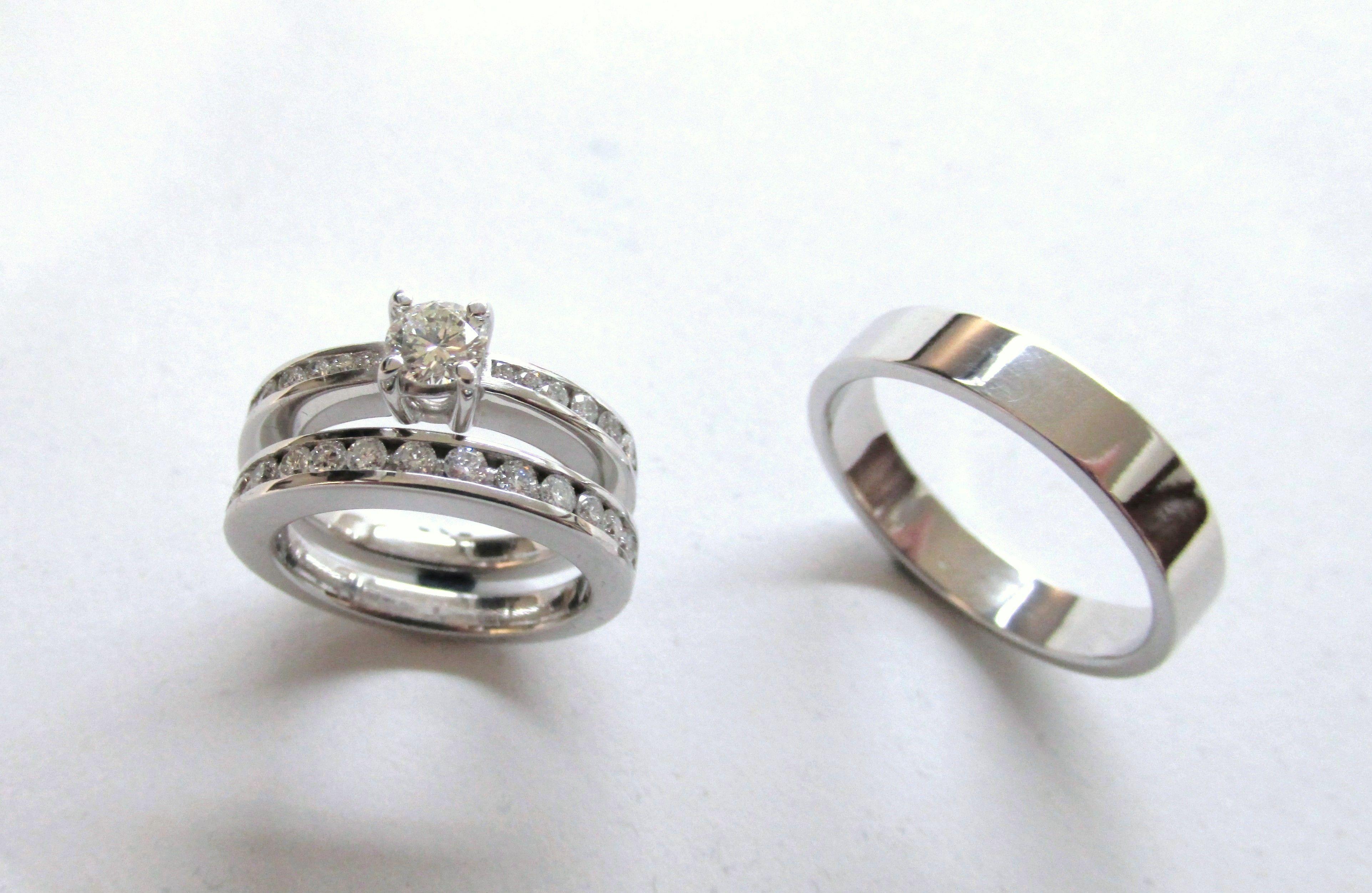 1fbfcadd3467 Hermoso diseño de Solitario y pisa argolla con diamantes y argolla para  hombre en oro blanco