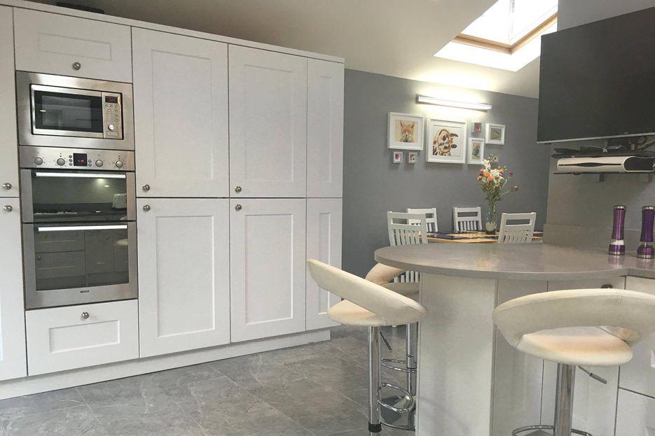 porcelain-white-cambridge-kitchenbailey-weber-kitchens-newport ...