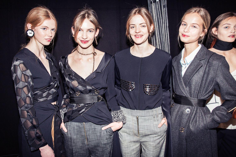 Här är backstage-bilder från Fashion Week Stockholms första dag och visningar.