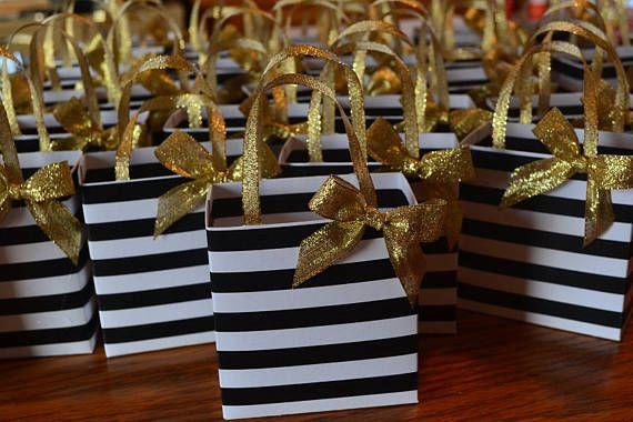 Bolsa favor de rayas negras con manijas de cinta dorada y lazo