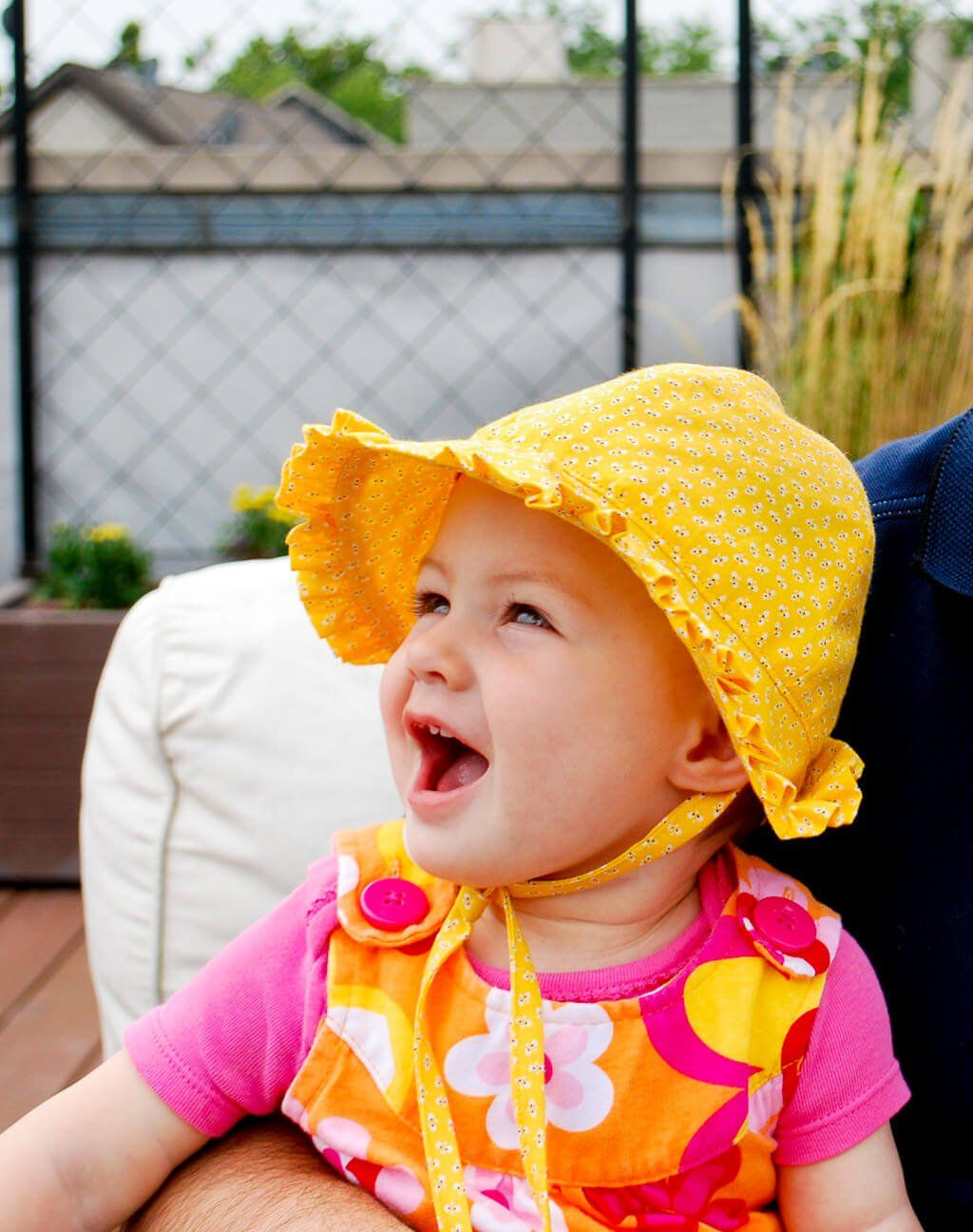 Baby bonnet pattern - free sewing pattern. Make this baby sun hat with cute ruffle and ties for the summer! Makes a great DIY baby gift. #baby #free #sewing #pattern #bonnet #hat