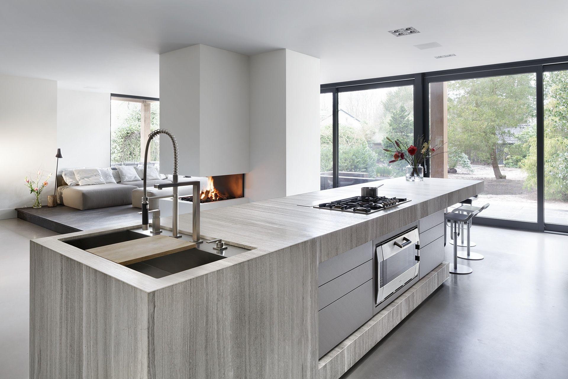 Modern interieur met haard kookeiland designkeuken bloxx van