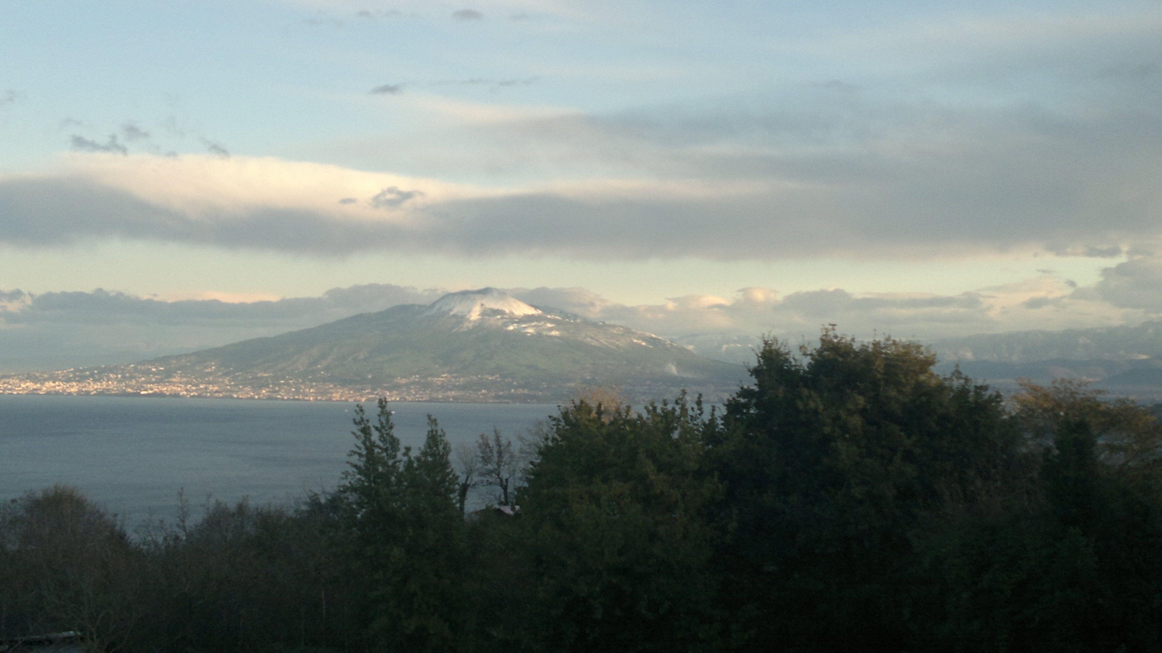 Neve sul Vesuvio vista da Sorrento. www.ilmegliodisorrento.com