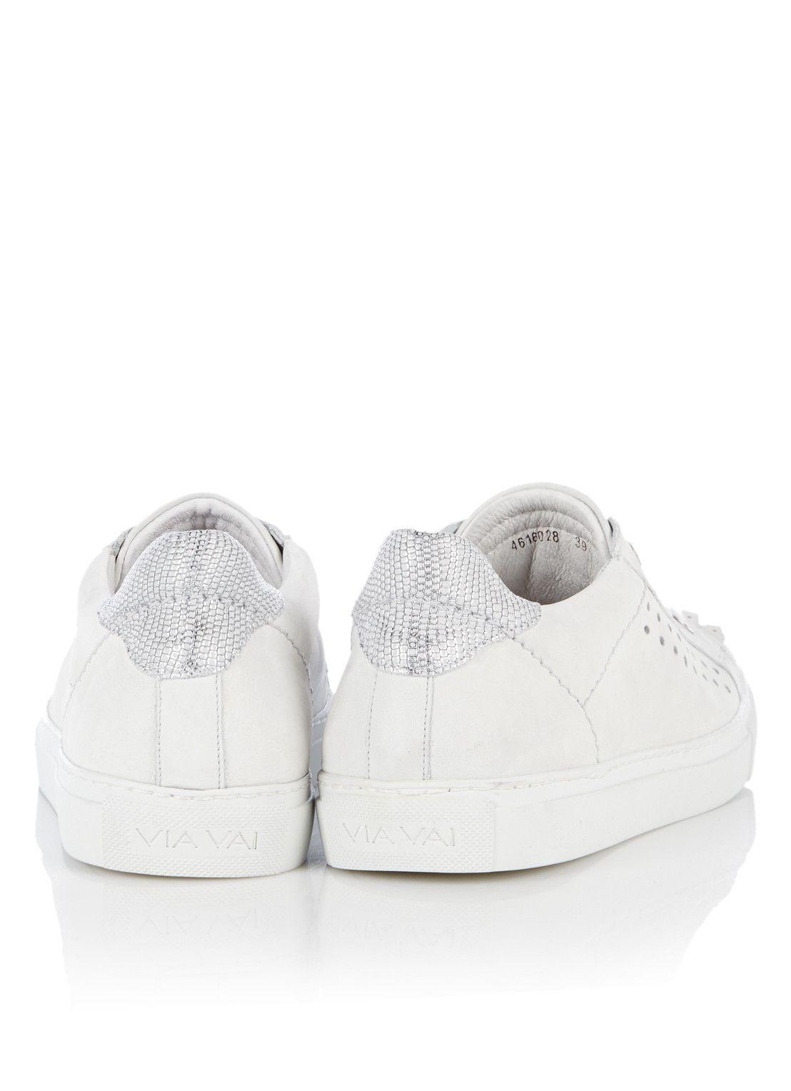 <p>Sneaker Nevada van Via Vai, een edgy en eigentijds ontwerp. Dit lage model is vervaardigd uit een zachte leerkwaliteit en is uitgerust met een uitneembaar voetbed. Op de neus is een decoratieve franje-applique bevestigd en de hiel is verrijkt met een metallic detail. De sneaker is afgewerkt met perforaties en een sportieve rubberzool, voor optimaal draagcomfort.</p><p>Gebruik een onderhoudsmiddel van Jason Markk om dit paar schoenen langer mooi te houden.</p>
