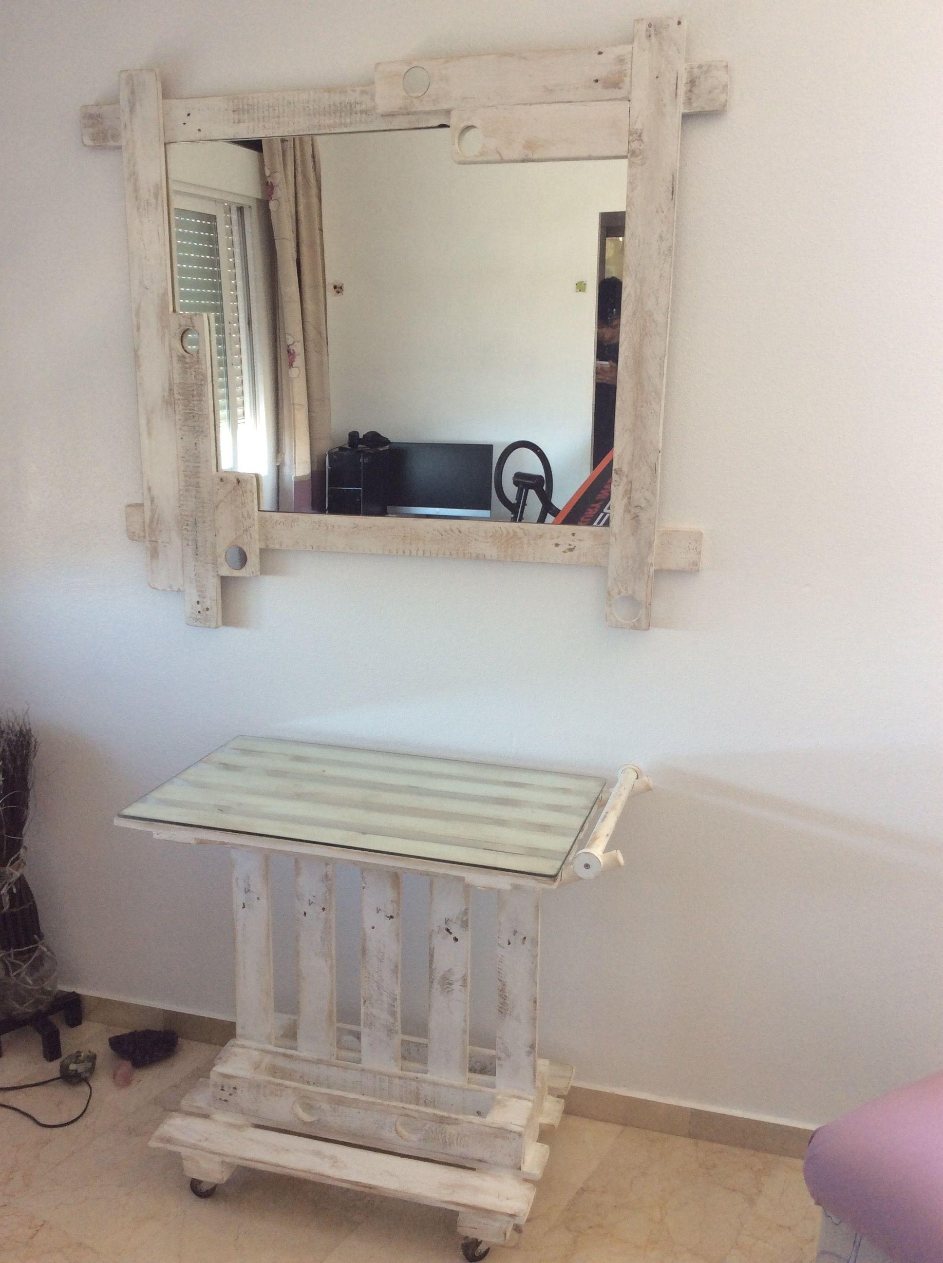 Un bonito conjunto de mesa camarera y marco para espejo, hechos con ...