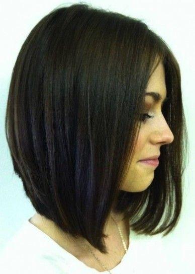 cabello corto con ondas tirando hacia el cuello dando volumen al