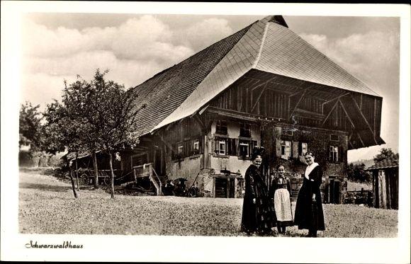 Ansichtskarte / Postkarte Blick auf ein Schwarzwaldhaus, Bäuerinnen in Trachten