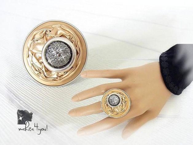 Auffallender, eleganter Ring aus einer recycelten, champagnerfarbenen Kaffeekapsel mit einer Glitzerkugel in silber-grau   Die Ringschiene fertige ich aus Aluminiumdraht. Diese trägt sich...