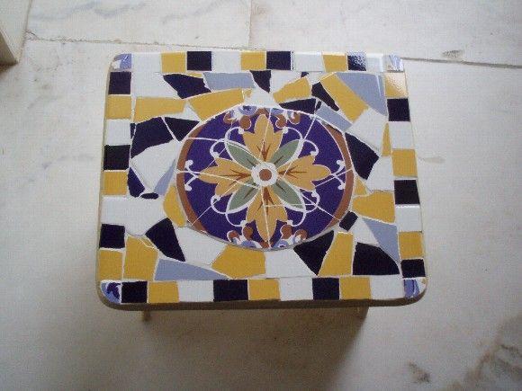 Banquinho de madeira, com aplicação de mosaico de azulejo R$70,00