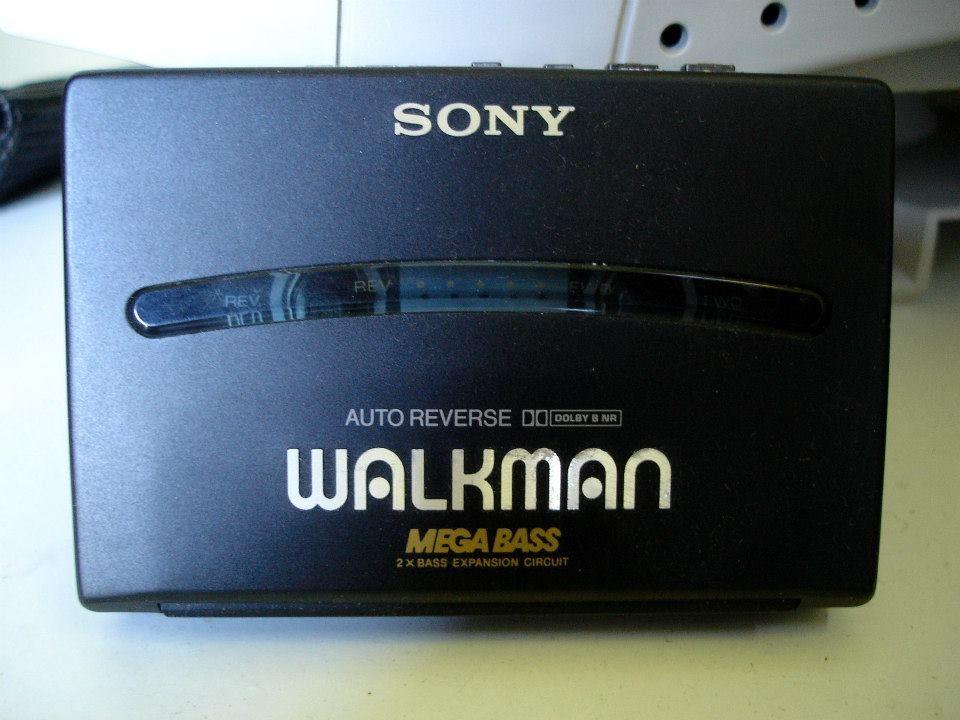 """""""Sony Walkman kasettinauhuri tuli markkinoille 1979, ensimmäisiä """"taskuun"""" sopivia c-kasettisoittimia."""" Lähettänyt: Sakari Sipilä"""