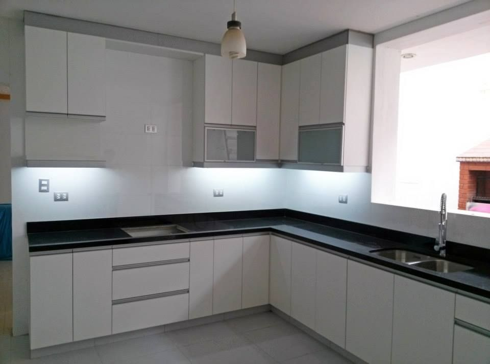 Cocina en blanco con tablero de granito negro cocina for Enchapes cocinas modernas