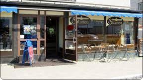 Tämmöinen olisi täydellinen edusta kahvilalle. Pari tuolia ulkoaluella ja menu kaikista tuotteista(tarjoukset) ulkona esillä.