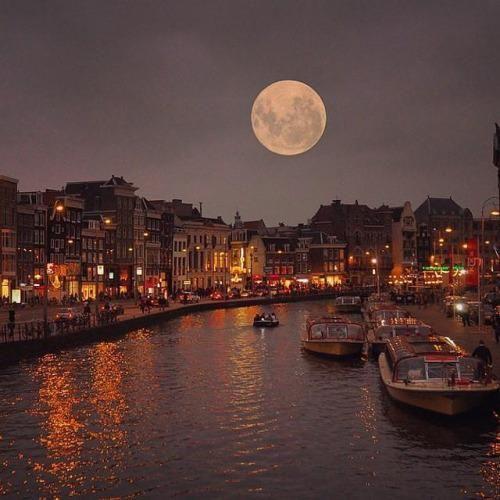full moon in amsterdam niederlande pinterest niederlande reise und reiseziele. Black Bedroom Furniture Sets. Home Design Ideas