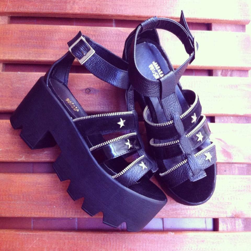 Sandalias plataformas en negro charol + tachas. Verano 2015