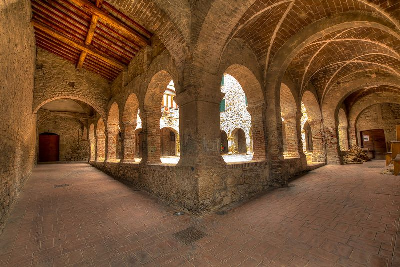 Suvereto (Toscana) Il chiostro del convento